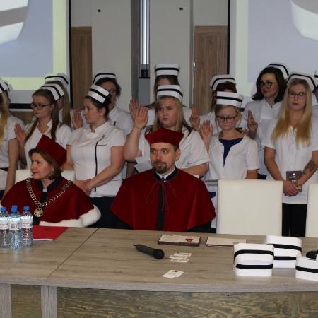 Dyplomy dla absolwentów i czepkowanie Licencjatów Pielęgniarstwa