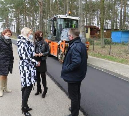 Przegląd postępów przy budowie kolejnej drogi na terenie Powiatu Płockiego